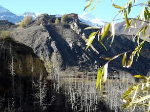 Photo: Wir queren das al Richtung Dzong, Rückblick auf Jharkot vom Talboden aus.
