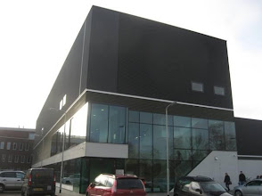 Photo: Entree van het sportgebouw.