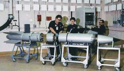 Wartungsarbeiten an einer B-61 Atombombe.