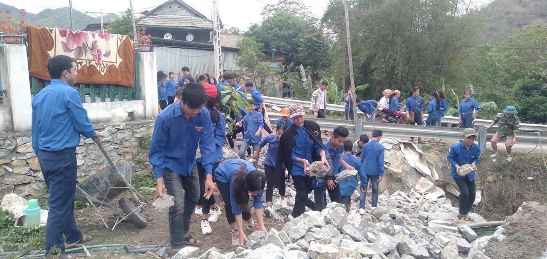 Đoàn viên thanh niên chuyển đá xây móng nhà