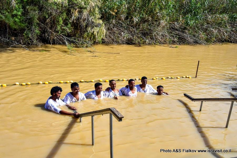 Паломники в месте крещения Иисуса Христа в реке Иордан. Каср аль-Яхуд.
