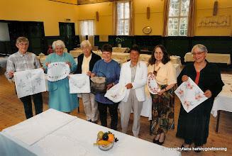 Photo: Vasselhyttans bygdegård 1998. Fr. vänster: Inger Larsson, Zola Bergman, Barbro Rydberg, Margareta Unosson, Eva Ström, Monica Bernergård, Aina Folkesson