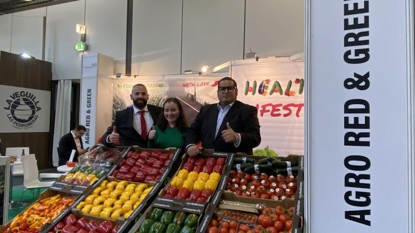 Ibán MArtos y Carlos Glindemann posan junto con una compañera en su stand.