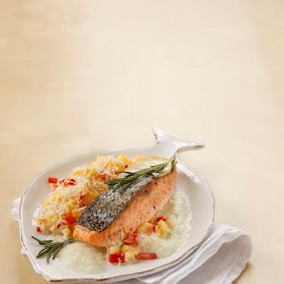Gebratenes Lachsfilet mit Kräuterschaum und Paprika-Polenta