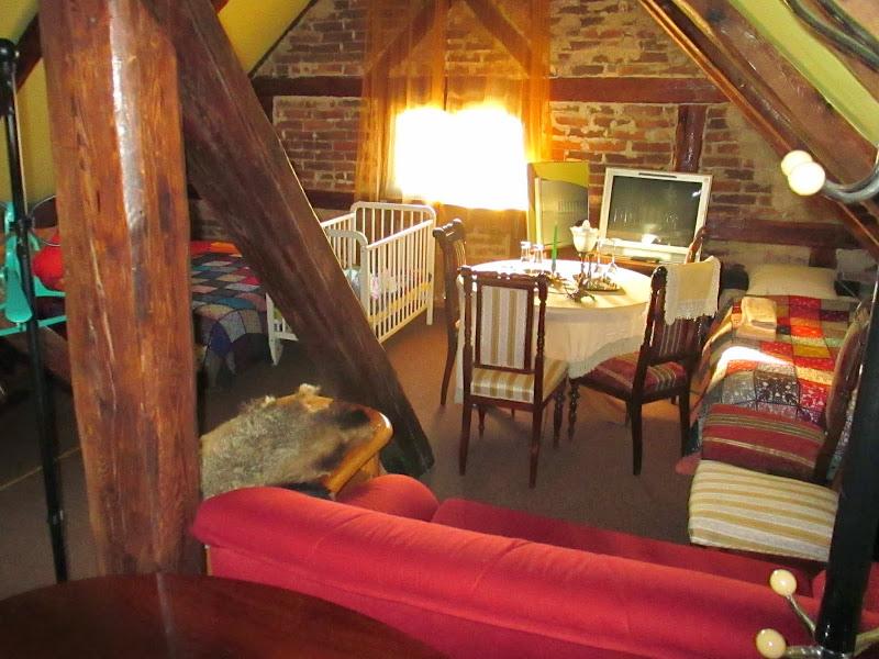 Photo: Jumta istaba ar 2vietīgu un 1vietīgu gultu, un izvelkamu vienvietīgu dīvānu. Ir atsevišķa dušas telpa ar WC.
