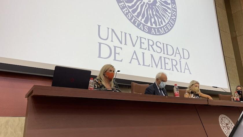 La fiscal Beatriz Sánchez, el subdelegado Manuel de la Fuente y la vicerrectora Maribel Ramírez