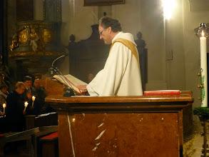 Photo: Diakon Johann Wolf liest das Evangelium