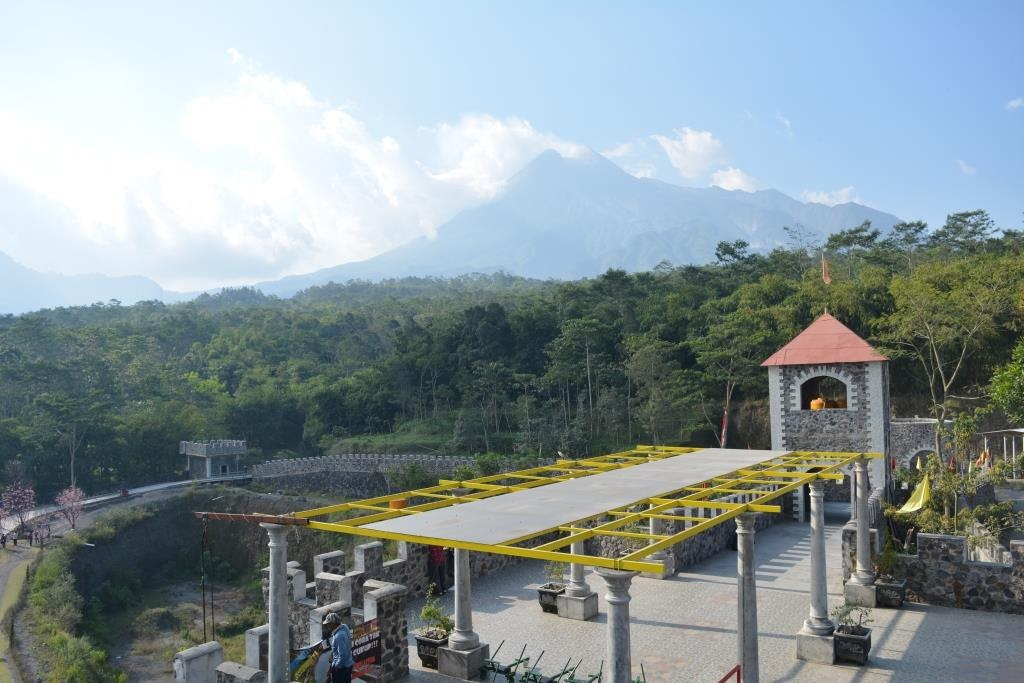 Keindahan Gunung Merapi dari The Lost World Castle