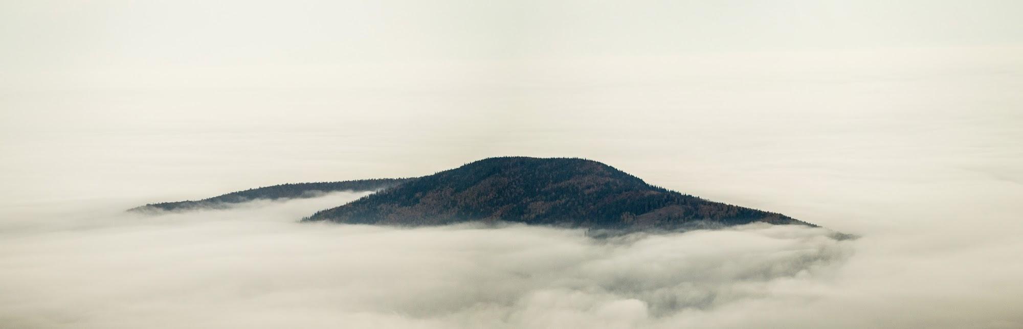 Вершини гір в тумані