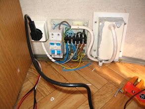 Photo: Detalle de cableado, por la izquierda (rojo-negro), el cable de alimentación para la bomba y el cable de la instalación de alumbrado.