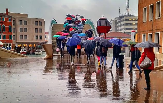 Attraversare il ponte di Calatrava sotto la pioggia