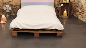 rénover sa chambre à coucher en réalisant soi-même un béton ciré au sol avec kit prêt à l'emploi béton ciré pour sol