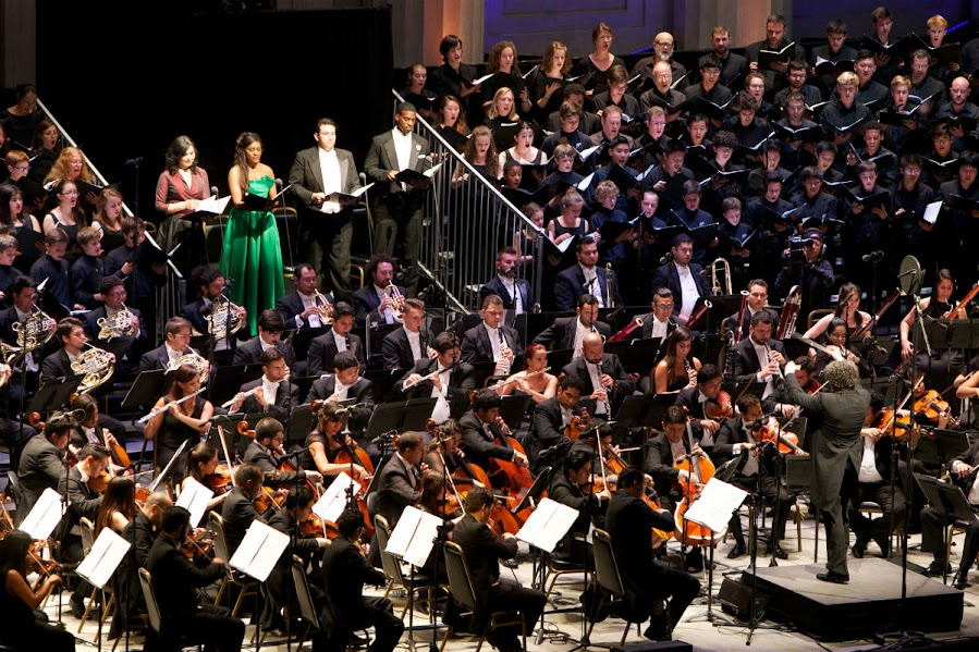 La interpretación de la Novena Sinfonía de Beethoven con la OSSBV, el coro y los solistas derrochó energía musical, cuyo resultado fue aplaudido de pie por más de 7000 personas que colmaron el Teatro Griego y sus alrededores.