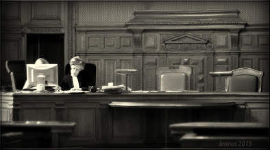 Photo: Rechtsprechung in Europa. Nach der Verhandlung. Die Urteilsbegründung des Hohen Gerichtes wird formuliert. Coram iudice et in alto mare in manu dei soli sumus.