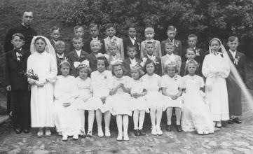 Photo: Snímek prvokomunikantů z 21. května 1944.