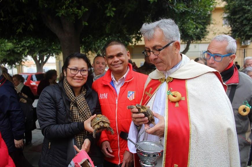 Tras bendecir las tortugas y junto al párroco de San Juan