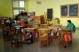 Photo: 地震時,學生躲在課桌椅下保護頭部.