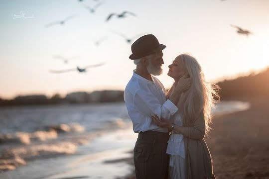 Пожилая пара на берегу