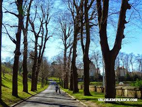 Photo: Le parc du Village éducatif Saint Philippe à Meudon avec son allure gothique au milieu de la ville - e-guide balade à vélo de Versailles à Meudon par veloiledefrance.com