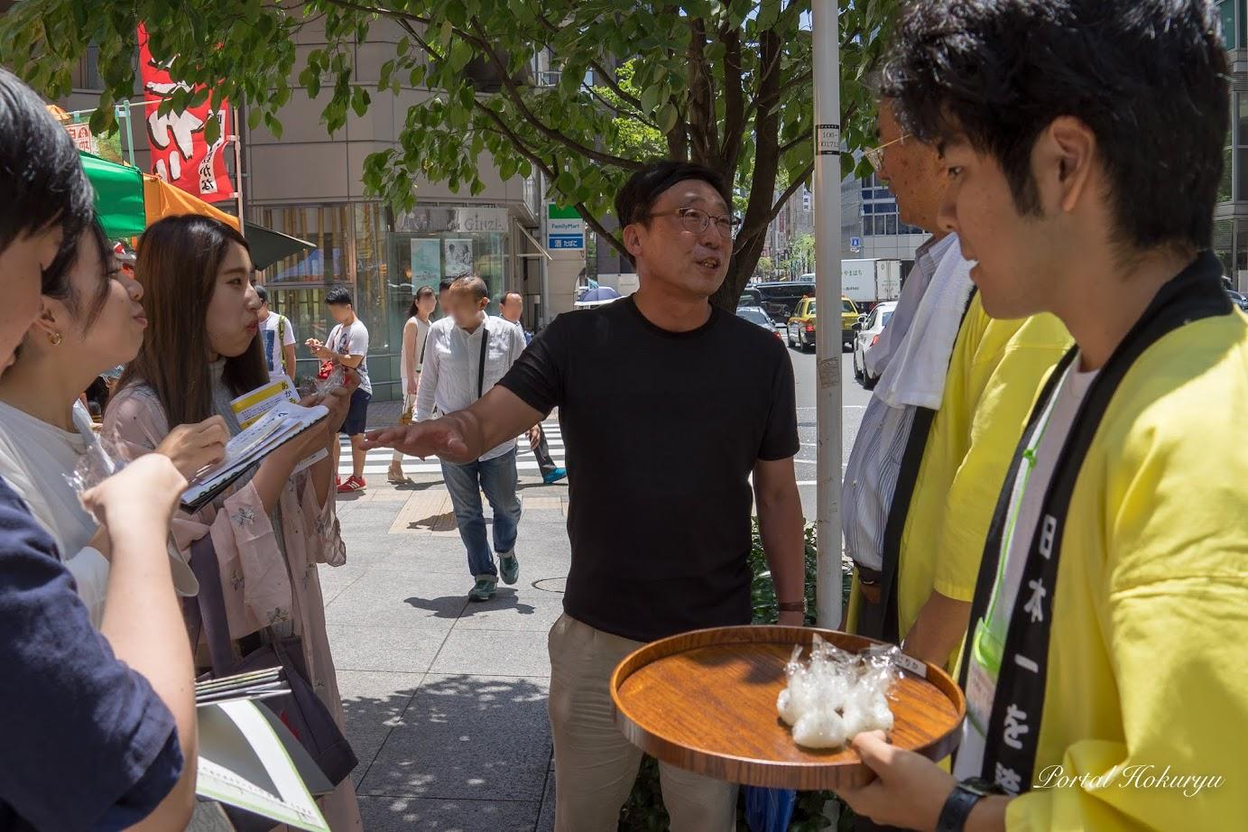 ボランティアの大学生達に北竜町のお米を説明
