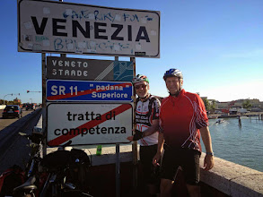 Photo: Die Schlussetappe: über Padua via Brenta-Kanal bis Mestre, wo wir uns im OBI-Baumarkt eine große Folie und eine Rolle Klebeband besorgen; danach weiter Richtung Venedig Santa Lucia.