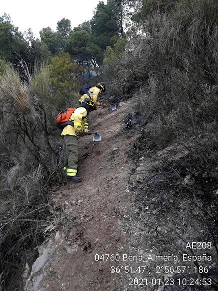 Bomberos del Infoca en Castala.