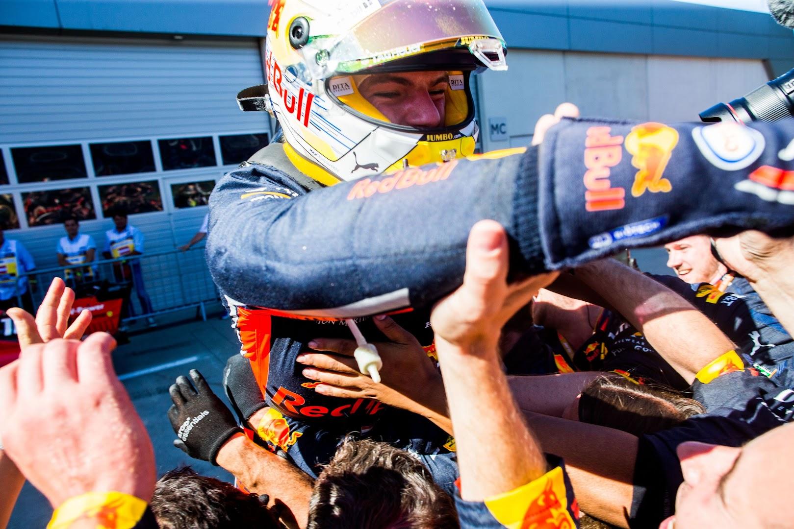 F1第9戦オーストリアGP優勝後、クルーに飛び込んで抱き合うフェルスタッペン