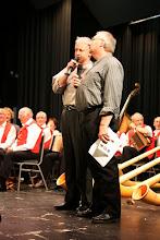 Photo: Witzig und kompetent führen die beiden Moderatoren Urs und Paul Mangold durch das Programm