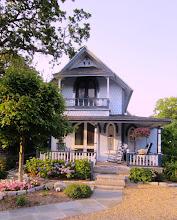 Photo: Lilaa ja hortensioita - huomaa keinutuolit ja katettu terassi, oleellinen osa Vineyardin taloja, ainakin Oak Bluffissa