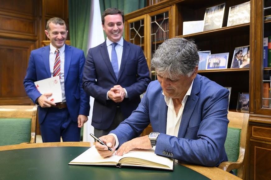 Firmando en el libro de oro de la Diputación.