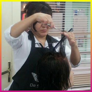 Fátima cabeleireira cortando cabelo.