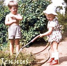 Photo: rote Schuhe und Kindermode im Jahre 1959