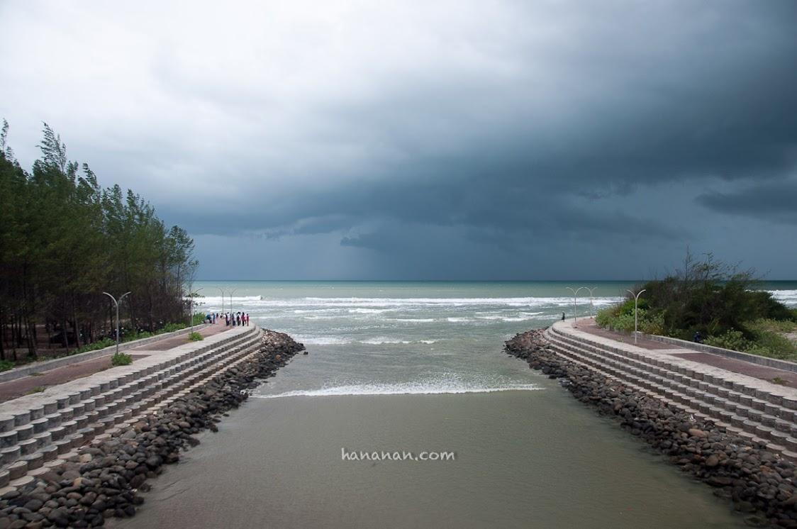 Mendung dan angin kencang mengusirku dari Pantai Panjang. Disuruh pulang sama hujan, tapi nyasar dulu.