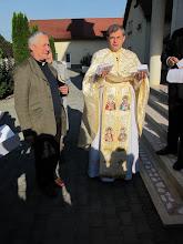 Photo: Rou2C20-151004Targa Mures, P.Farcas nous attend, livrets de messe roumain-français en main IMG_9125