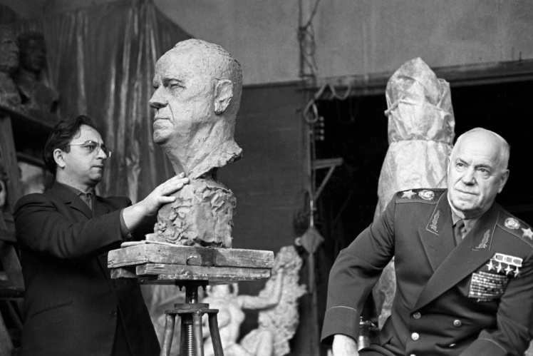 <p>Скульптор Виктор Думанян лепит бюст Жукова, 1966 год.</p>