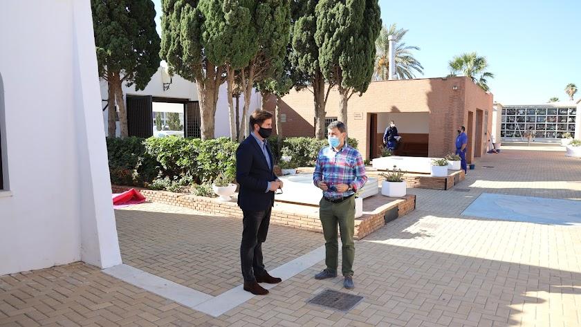 El alcalde de El Ejido y el edil de Obras Públicas en uno de los cementerios municipales.