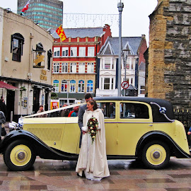 by Ana Arroseiro - Wedding Bride & Groom ( car, wedding photography, dress, wedding day, wedding, wedding dress, couple, bride, groom )