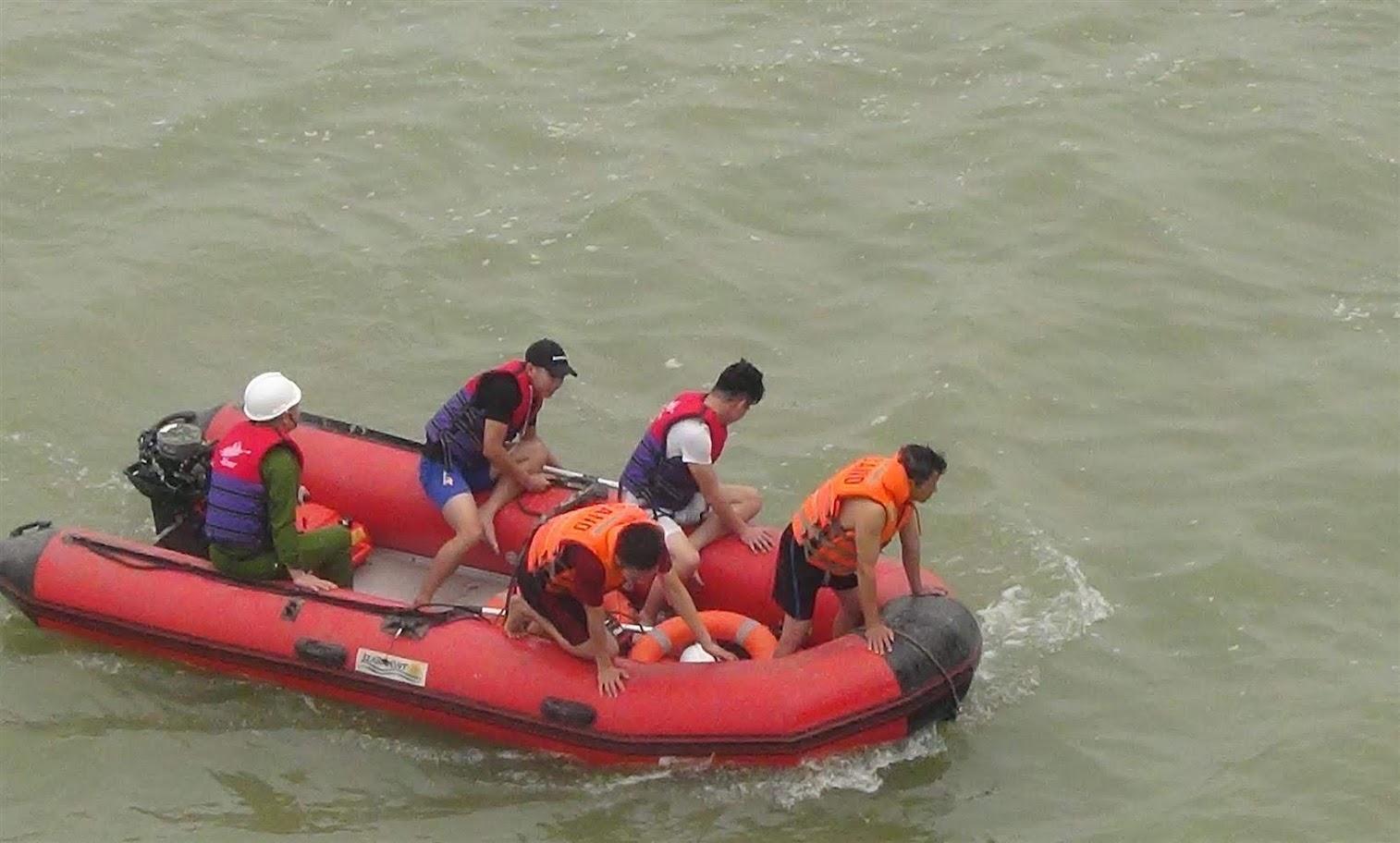 Lực lượng cứu hộ thực hiện nhiệm vụ trên sông Lam