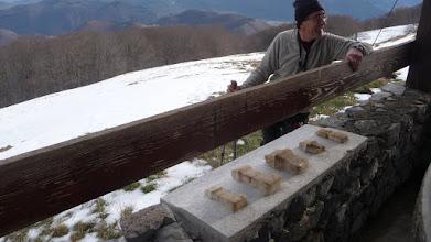 Photo: André admire les pièces archéologiques