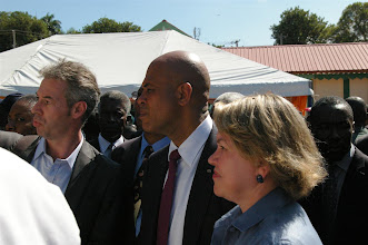 Photo: Christian Ubertini, responsable du programme PARIS, présente les écoles au Président Michel Joseph Martelly.
