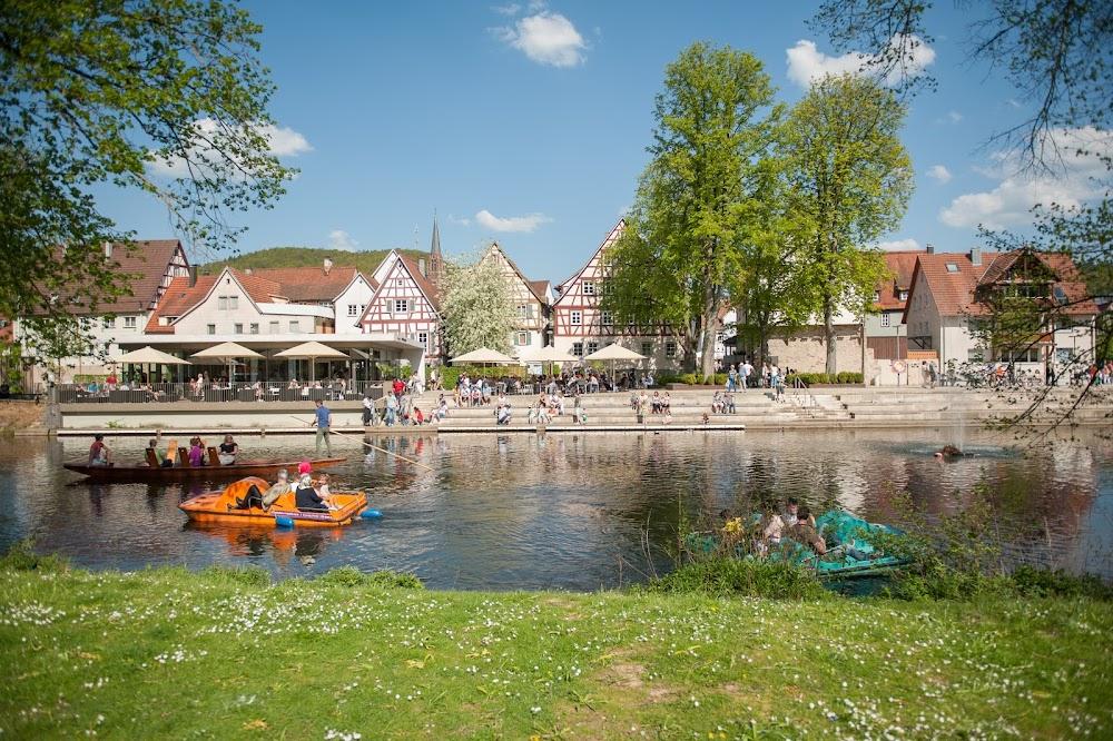 Der Stadtpark Kleb in Nagold mit Stocherkahn und Tretbooten auf der Nagold