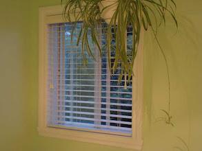 Photo: 2007 on a changé le cadre de la fenêtre et acheté de nouveaux stores.