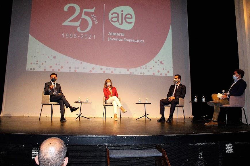 Representantes institucionales en la primera ponencia del 25º aniversario de AJE Almería.
