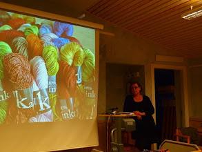 Photo: Sen var det dags för årets invigningstalare: Karin Öberg som berättade kring garn och lin.