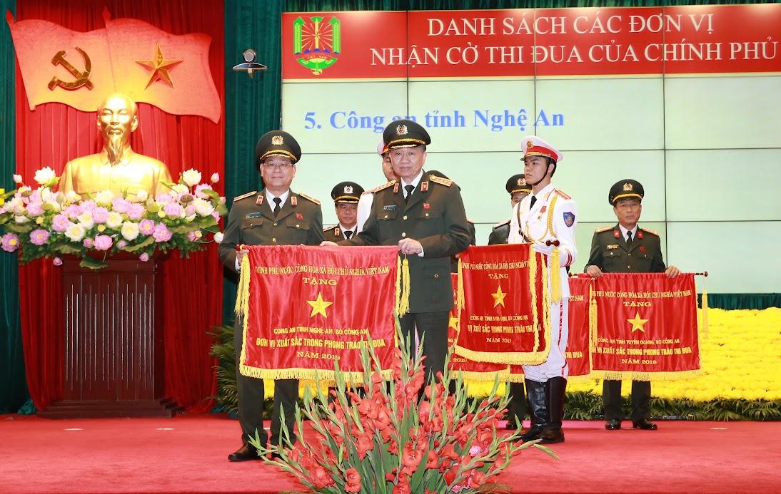 PGS TS. Thiếu tướng Nguyễn Hữu Cầu, Giám đốc Công an Nghệ An nhận Cờ thi đua Chính phủ.