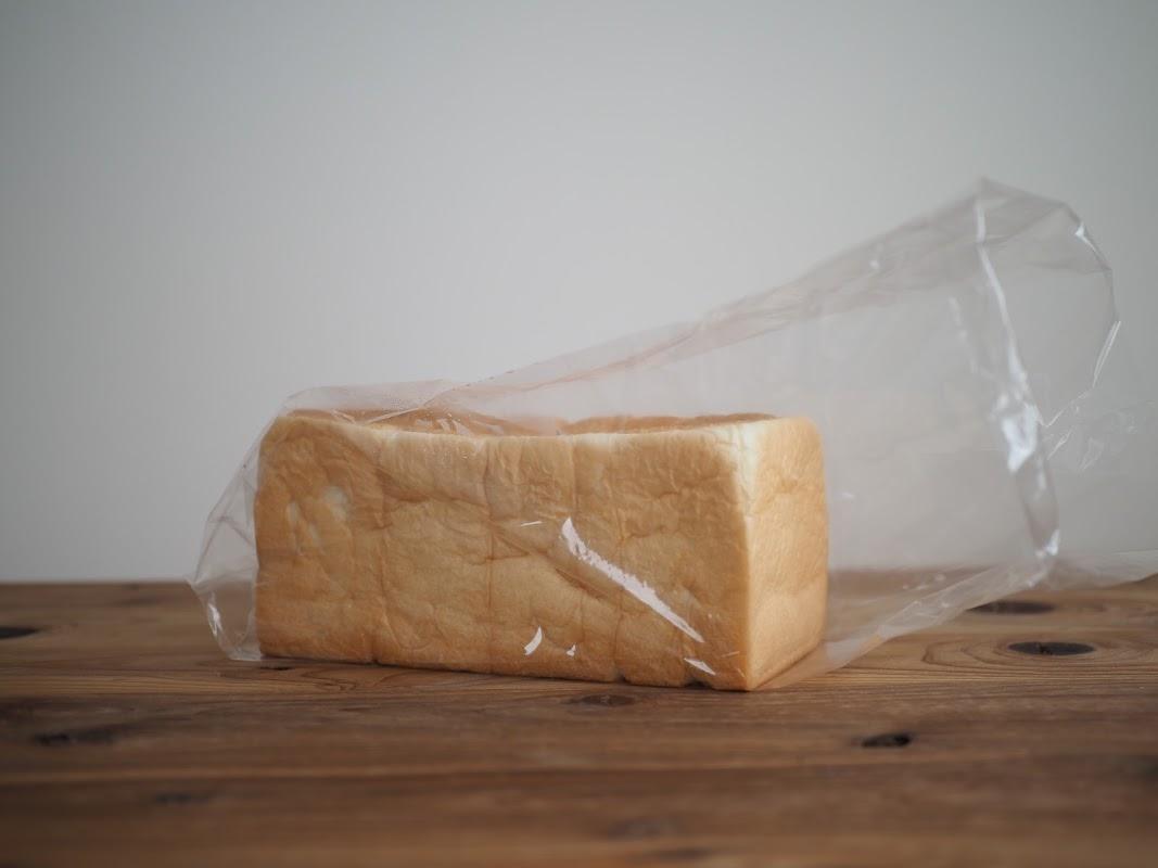 袋からパンを取り出した