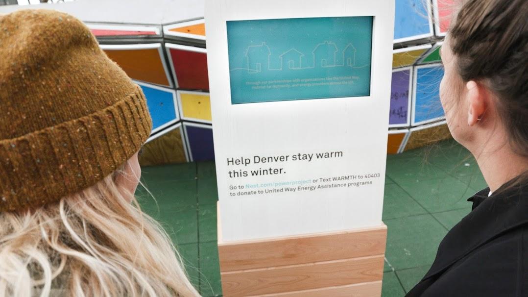 寄付プラットフォームを見つめる 2 人。これは Power Project の一環として Nest が United Way と提携し、光熱費支援のための寄付を米国中で簡単に行えるようにしたものです。