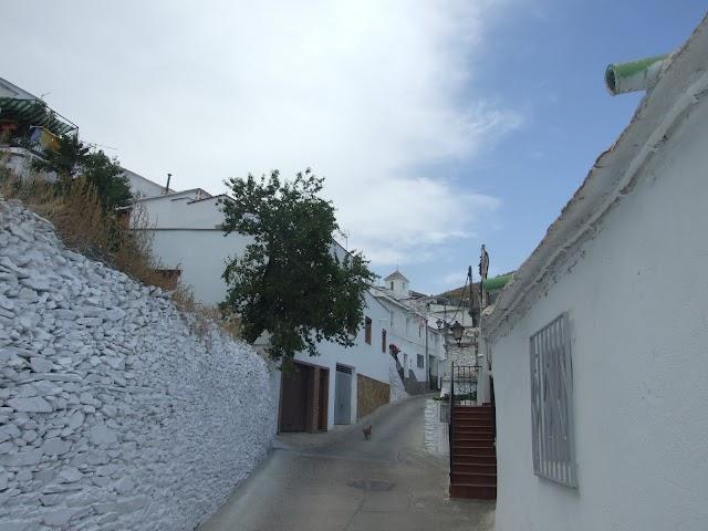 Una calle de Olula de Castro.