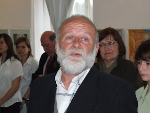 Photo: Vetró András (háttérben balról Héjja István zenetanár, jobbról Józsa Irén irodalom szakos tanárnô)