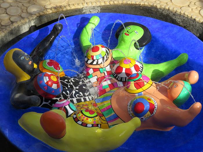 Niki de Saint Phalle, L'Imperatore o Castello (Il cortile del Castello e la fontana con le Nanas), De Keizer, Giardino dei Tarocchi, Capalbio, Toscane
